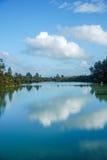 Reflexão das nuvens no lago Ngakoro imagem de stock