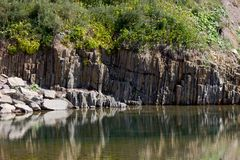Reflexão das rochas na água Fotos de Stock