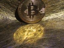 Reflexão de Bitcoin em fios do ouro imagens de stock