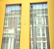 Reflexão de construção em Windows Amarelo-moldado fotos de stock