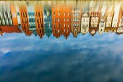 Reflexão de construções velhas da cidade no rio de Motlawa imagens de stock royalty free