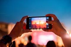 Reflexão de efeitos da luz no telefone celular em um concerto Gadge imagens de stock royalty free
