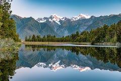 Reflexão de espelho no lago Matheson, Nova Zelândia fotos de stock royalty free