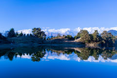 Reflexão de fascinação de Himalayas de Garhwal em Deoria Tal ou lago Foto de Stock