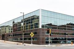 Reflexão de Janesville do centro, WI no vidro Windows do banco Fotografia de Stock