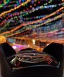 Reflexão de luzes da decoração durante o festival imagem de stock