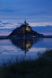 Reflexão de Mont Saint Michel no por do sol imagens de stock