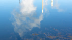 Reflexão de pilhas de fumo e de emissões de exaustão Fotos de Stock Royalty Free