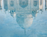 Reflexão de Taj Mahal na água Foto de Stock