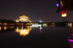 Reflexão de Tang Paradise Center na noite, Xi'an, China Imagem de Stock