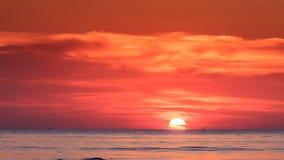 Reflexão de trás da luz solar da skyline de Sun do por do sol vermelho meia no mar video estoque