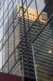 Reflexão de um arranha-céus nas janelas de um outro arranha-céus Fotografia de Stock Royalty Free