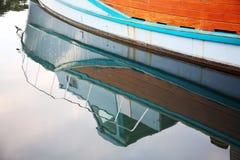 Reflexão de um barco Fotos de Stock Royalty Free