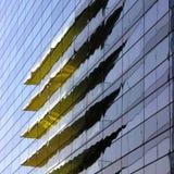 Reflexão de um edifício amarelo refletido no vidro Fotografia de Stock Royalty Free