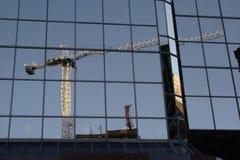 Reflexão de um guindaste de construção Imagens de Stock Royalty Free