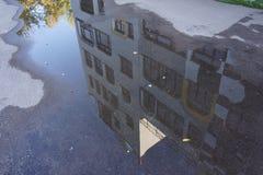 Reflexão de uma escola em Alemanha por Hundertwasser Imagens de Stock Royalty Free
