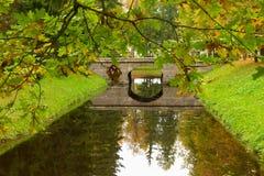 Reflexão de uma ponte nos meses do outono foto de stock royalty free