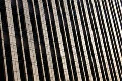 Reflexão de vidro moderna do prédio de escritórios Fotos de Stock Royalty Free