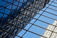 Reflexão de vidro moderna do prédio de escritórios Fotografia de Stock Royalty Free