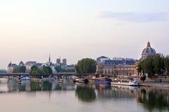 Reflexão do alvorecer em Seine River & em Pont Neuf, Paris França Imagens de Stock