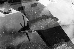 Reflexão do avião em uma poça foto de stock