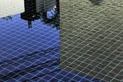 Reflexão do azulejo preto, céu azul, parede branca do fio bonde na piscina foto de stock royalty free