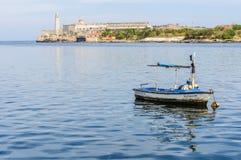 Reflexão do barco perto do castelo de Morro em Havana, Cuba Imagem de Stock Royalty Free