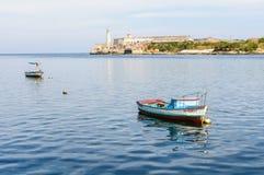 Reflexão do barco perto do castelo de Morro em Havana, Cuba Imagens de Stock Royalty Free