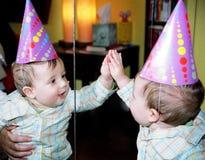 reflexão do bebê do partido no espelho   fotos de stock royalty free