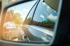 Reflexão do céu azul no espelho do lado do carro imagem de stock royalty free
