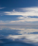 Reflexão do céu na água ilustração do vetor