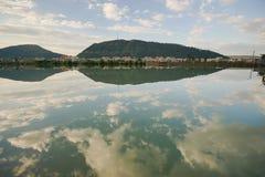 Reflexão do céu na água calma imagens de stock