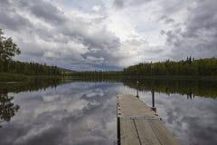 Reflexão do céu no lago do Alasca Imagens de Stock