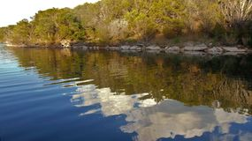 Reflexão do céu no lago do reino do gambá foto de stock