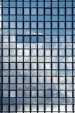 Reflexão do céu nos indicadores de um prédio de escritórios Fotos de Stock Royalty Free