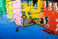 Reflexão do casas coloridas no canal da água, ilha de Burano, Veneza, Itália Foto de Stock