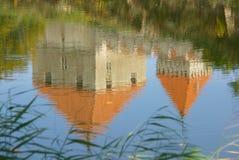Reflexão do castelo de Kuressaare na água Fotografia de Stock Royalty Free