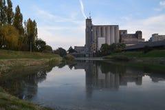 Reflexão do complexo industrial na água sujo fotos de stock royalty free