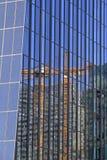 Reflexão do guindaste em um arranha-céus Fotografia de Stock Royalty Free