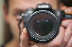 Reflexão do homem no espelho ao fotografar com nikkor 85mm 1 8 fotografia de stock royalty free
