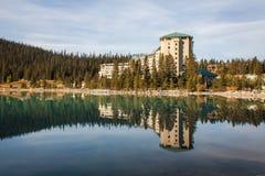 Reflexão do hotel em Lake Louise Fotografia de Stock