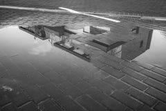 Reflexão do inverno de uma construção em uma poça foto de stock