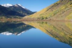 Reflexão do lago colorado imagem de stock