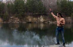 A reflexão do lago do corpo da aptidão do treinamento da natureza do fumo da névoa do homem relaxa foto de stock