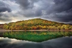 Reflexão do lago do monte do outono Autumn Landscape Imagens de Stock Royalty Free