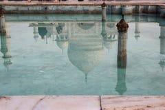 A reflexão do mausoléu de Taj Mahal na associação Fotos de Stock Royalty Free