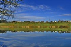 A reflexão do monte na água imagem de stock