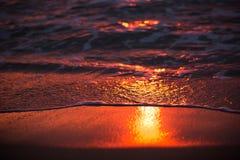 Reflexão do nascer do sol em ondas Imagens de Stock