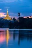 Reflexão do pagonda de Shwedagon Fotos de Stock Royalty Free
