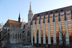 Reflexão do por do sol de Budapest - Hungria ao lado de uma igreja Fotos de Stock Royalty Free